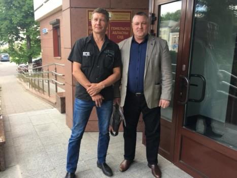 Геннадий Литвинов и Леонид Судаленко возле здания областного суда в Гомеле